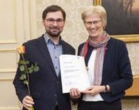 Bild_Lanzinger_Urkundenüberreichung Zertifizierungsprogramm.jfif